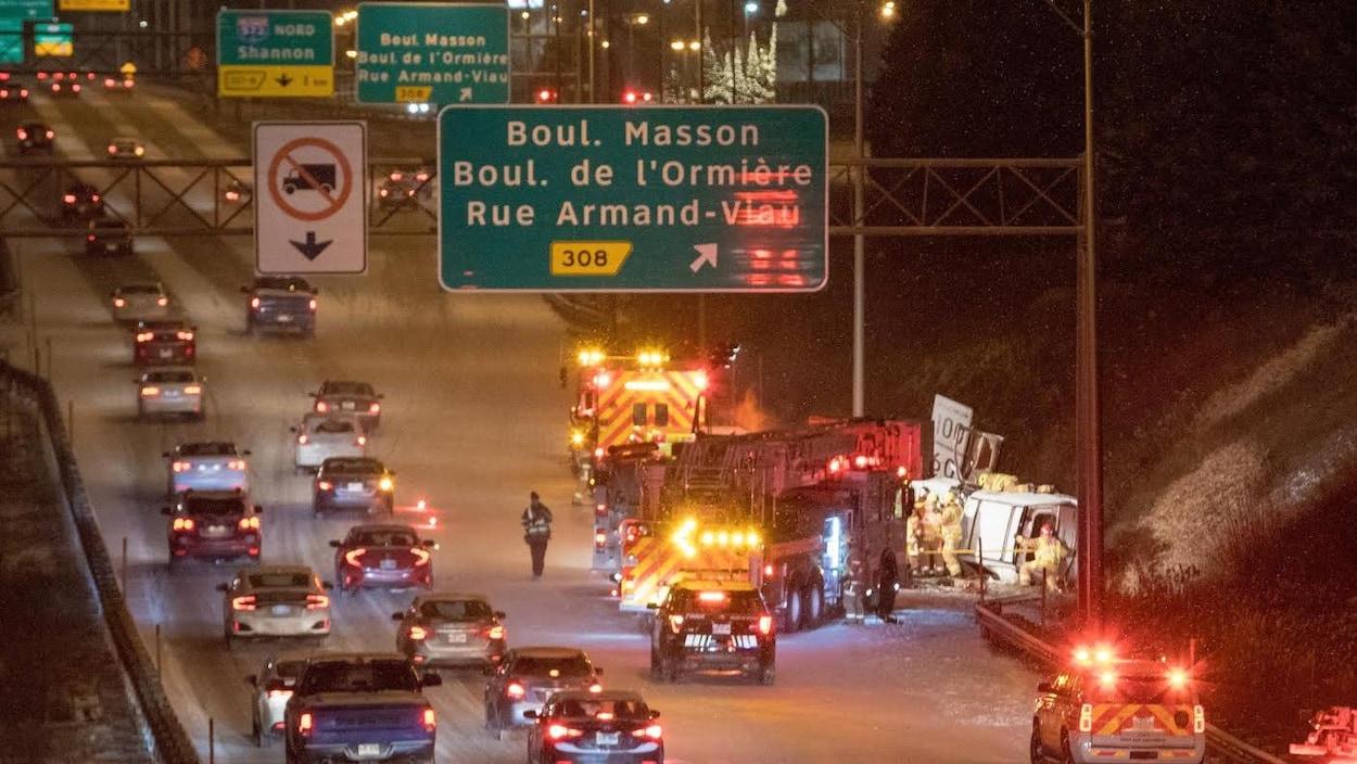 Des véhicules de secours sont près de l'accident.