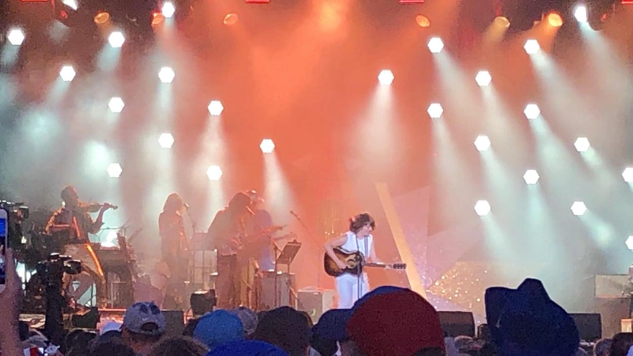 Lisa LeBlanc joue de la guitare sur scène.