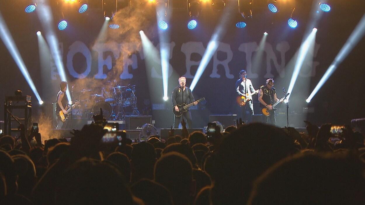 Les membres du groupe The Offspring sur scène.