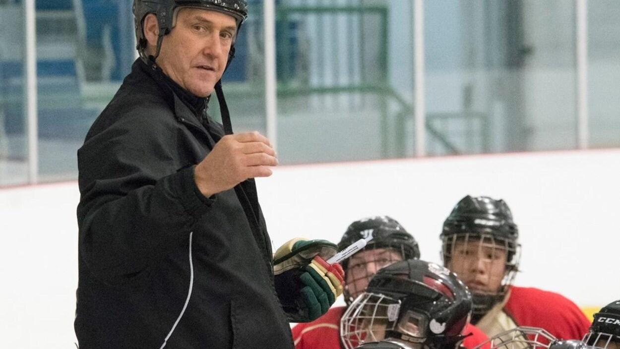 Serge Trépanier a dirigé plusieurs équipes dans la structure de développement de hockey dans la région, notamment, les Forestiers d'Amos. de la ligue midget AAA.