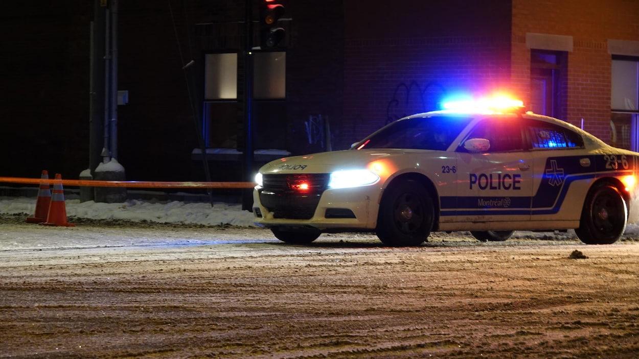 Une auto-patrouille se trouve à côté d'une scène de crime dans le quartier Hochelaga-Maisonneuve.