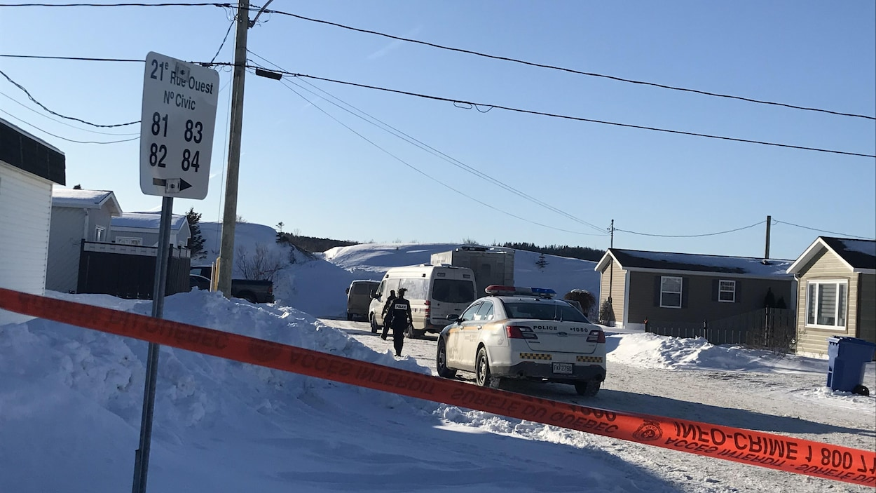 Des véhicules de la Sûreté du Québec et des policiers sur la 21e rue Ouest, à Sainte-Anne-des-Monts.