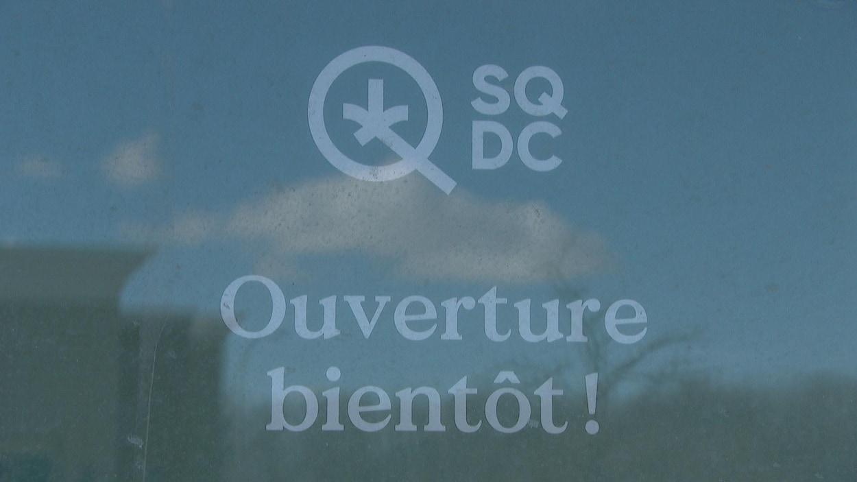 Affiche de la SQDC qui annonce son ouverture