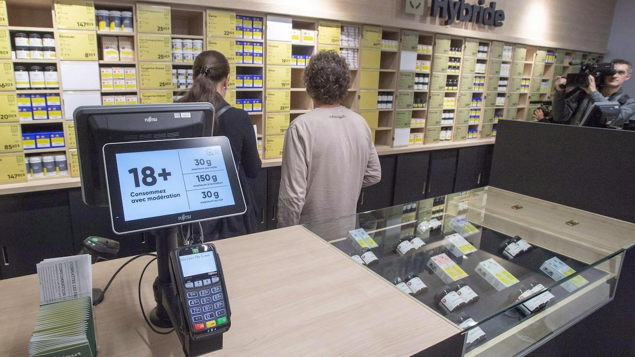 Des consommateurs dans une succursale de la SQDC.