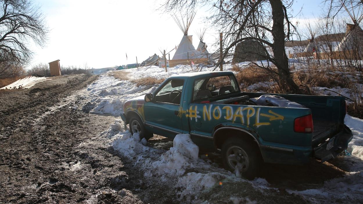 Un camion abandonné dans un des campements près de Standing Rock indiquant NO DAPL (Non au pipeline Dakota Access)