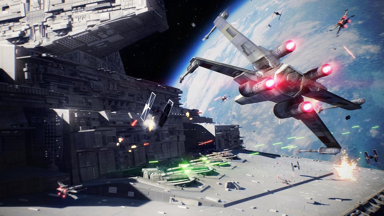 Une capture d'écran du jeu vidéo <i>Star Wars Battlefront II</i> montrant une bataille spatiale entre de nombreux vaisseaux de différentes tailles.