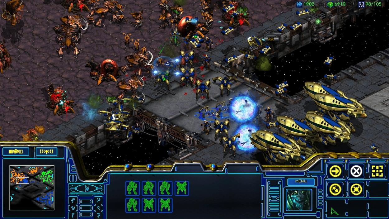 Une capture d'écran du jeu vidéo StarCraft montrant deux armées en train de s'affronter dans une bataille sanglante.