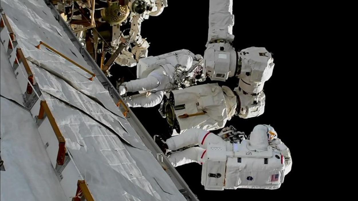 Randy Bresnik et Mark Vande Hei au travail à l'extérieur  de la Station spatiale internationale