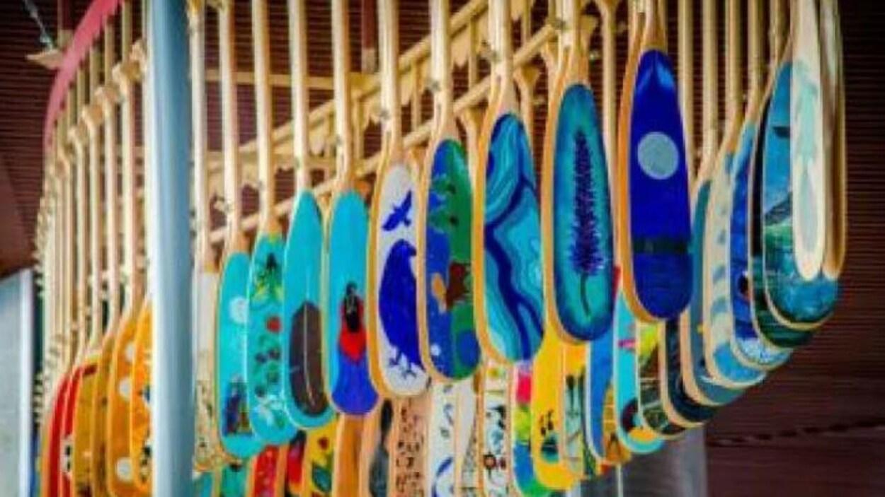 Des pagaies disposées en forme de canot.
