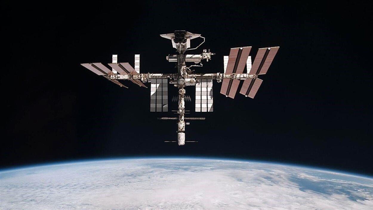 La Station spatiale internationale flotte dans l'espace, près de la Terre.