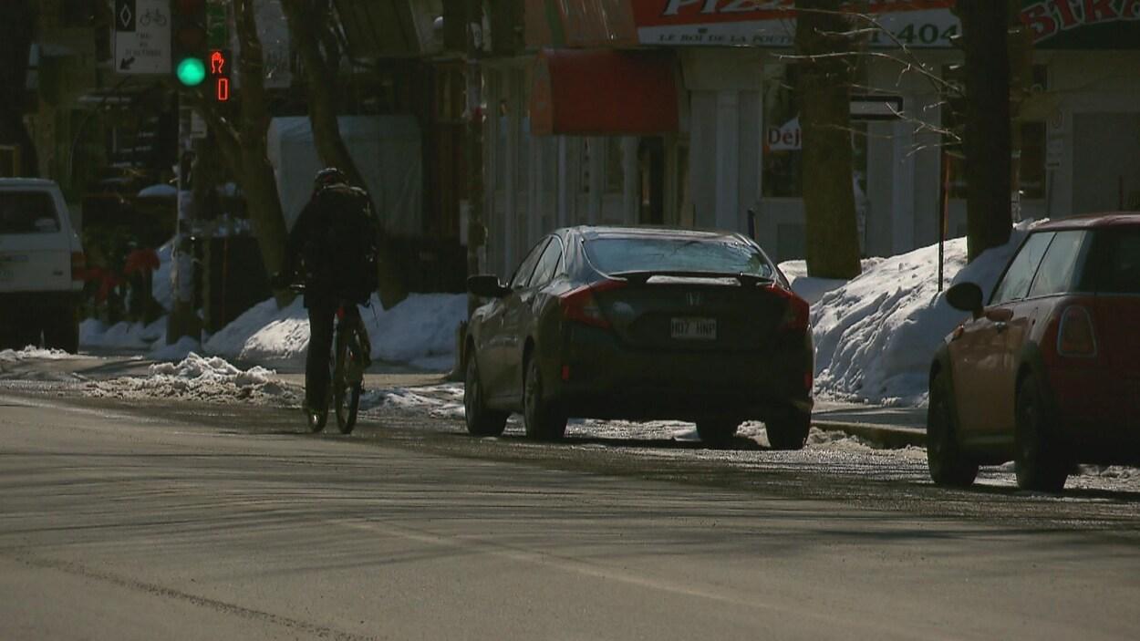 Un cycliste roule sur la 3e Avenue, à Québec.