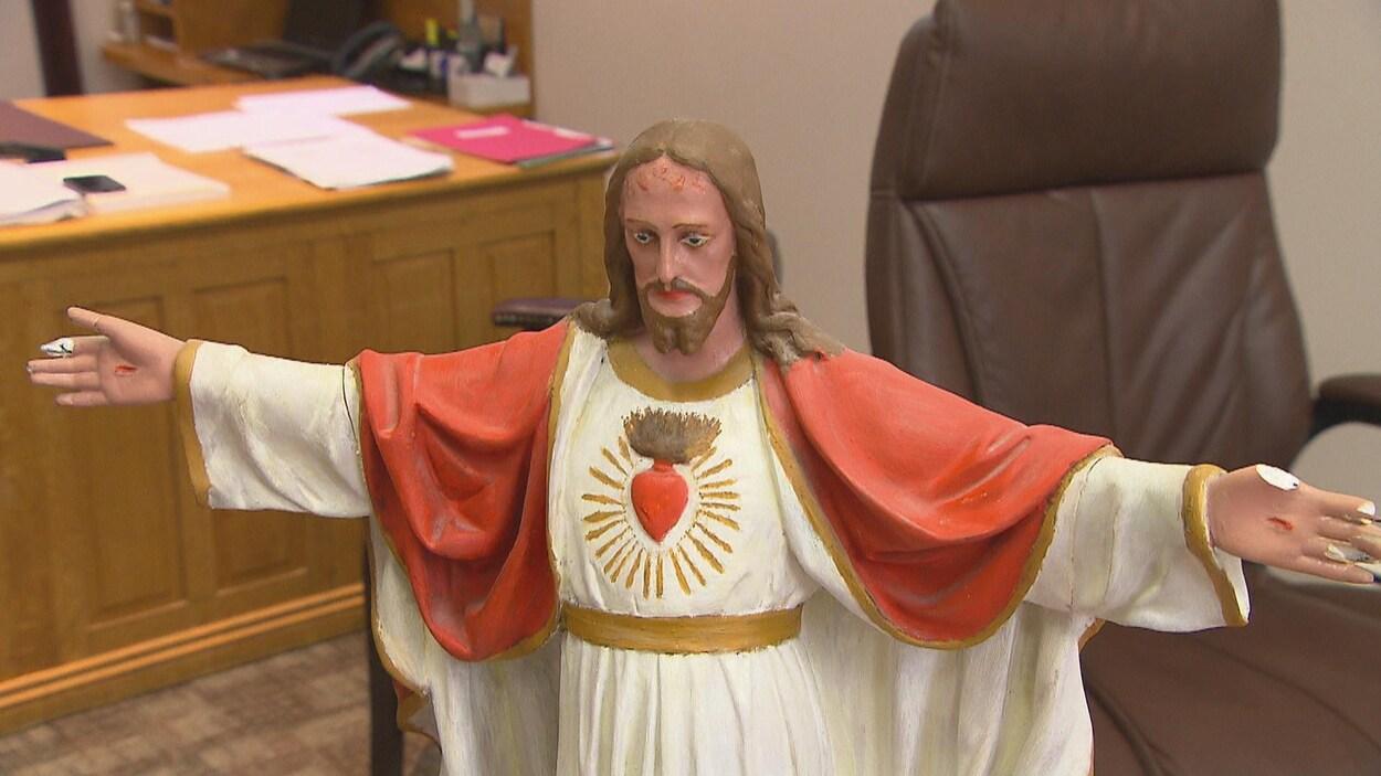La statue du Sacré-Cœur est déposée dans le bureau de la mairesse de Saguenay Josée Néron.