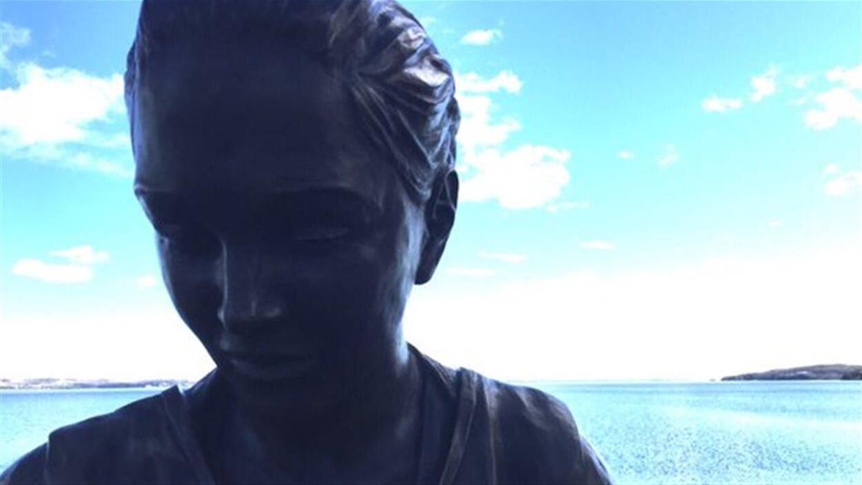 La statue de Shannen Koostachin.