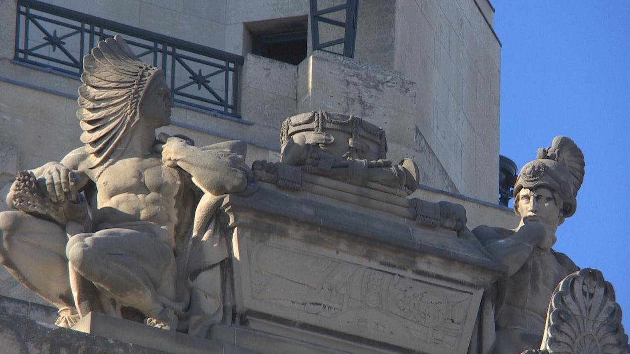 Image de statues sur le toit du Palais législatif du Manitoba.