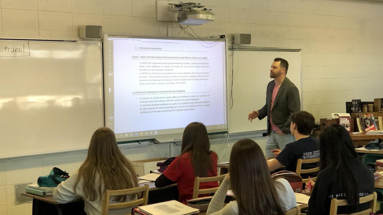 Steeve Girard devant une classe d'élèves de secondaire 5 du PEI.
