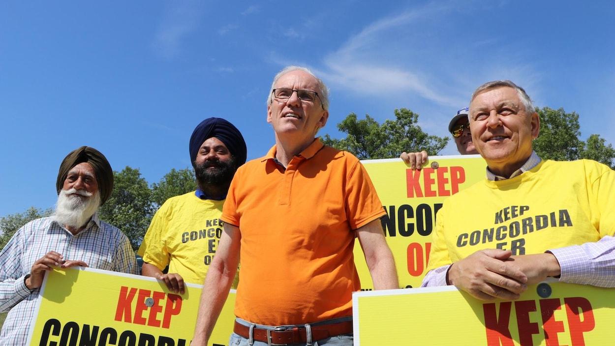 Steve Ashton et des manifestants, à Winnipeg.