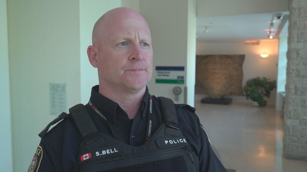 Steve Bell en uniforme de service dans un corridor.