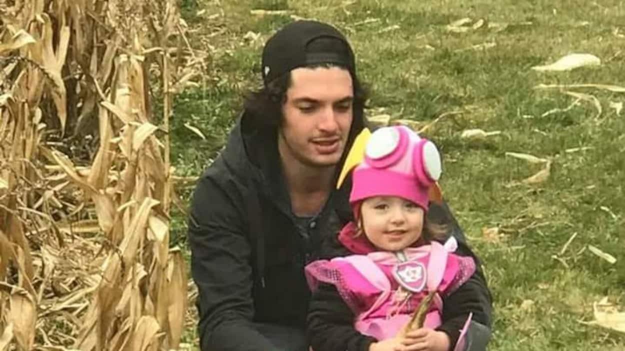 Steve Paquette ne veut plus retourner dans l'enfer de la drogue. On le voit ici en compagnie de sa fille de 2 ans.