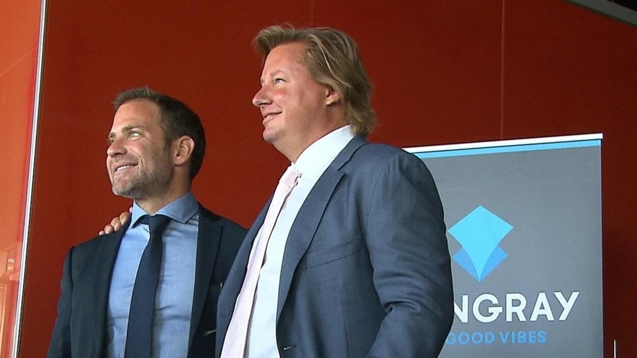 Un des vice-présidents de Stingray, Lloyd Feldman, et l'entrepreneur Eric Boyko prennent la pose.