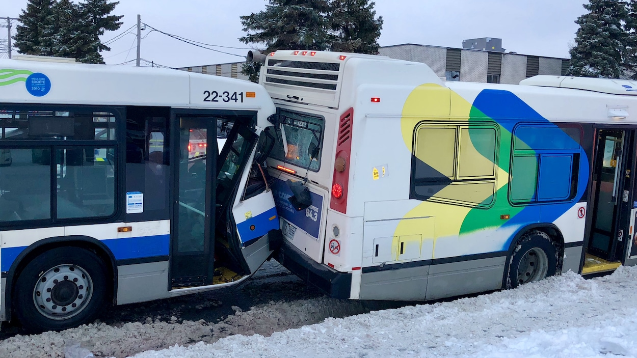 Deux autobus en collision sur la rue