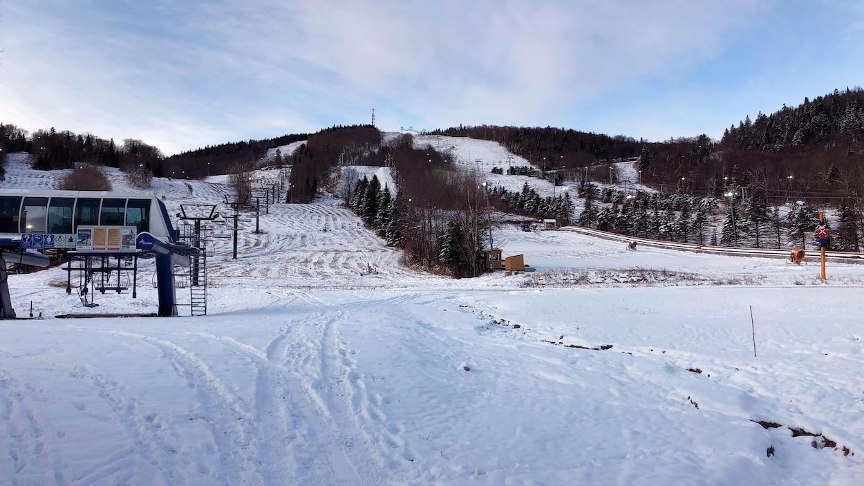 Les pistes de la station de ski de Stoneham enneigées.