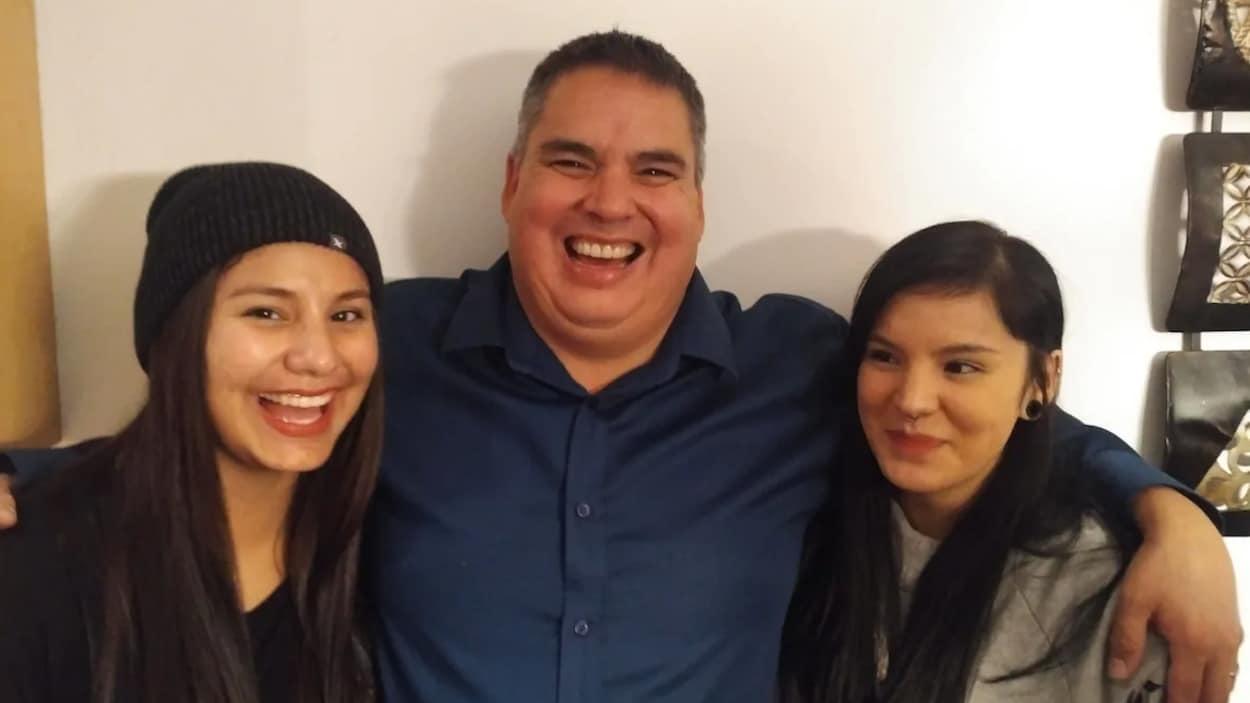Le maire Robert St.Pierre pose avec ses deux filles.