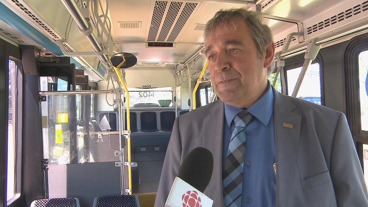 Réjean Hudon dans un autobus de ville