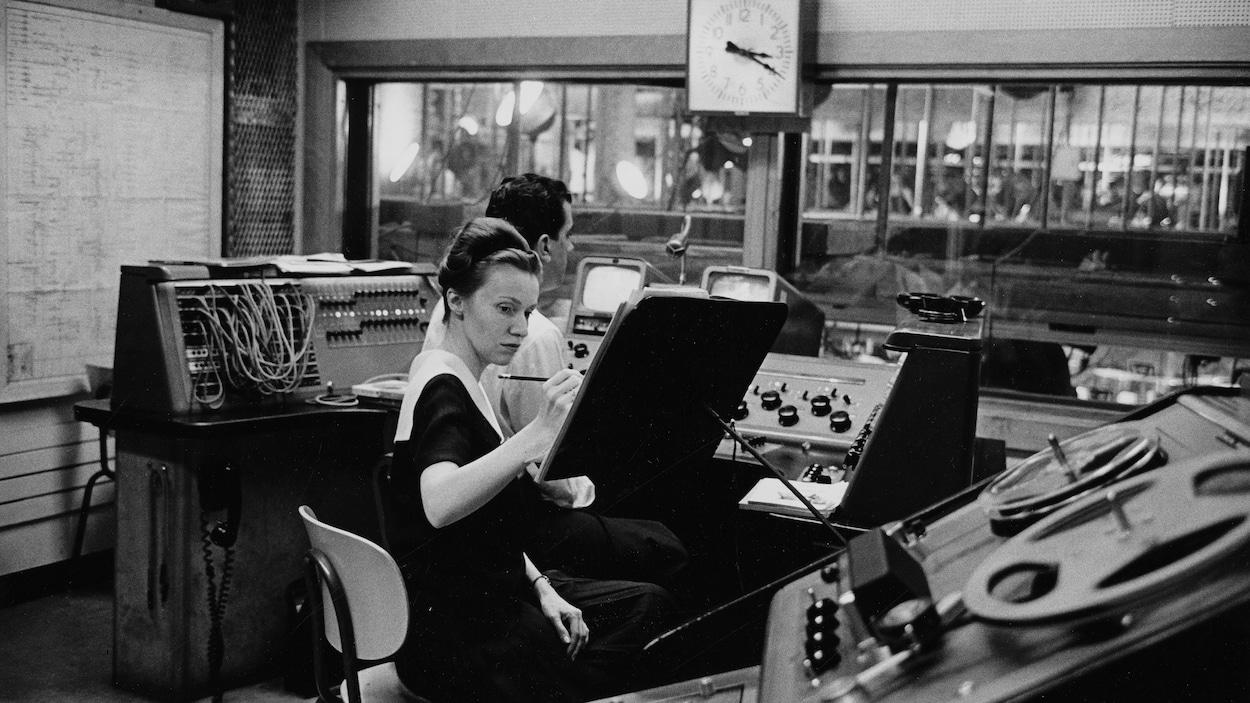 Pauline Paré et Patrick Jackson sont concentrés, devant des consoles en régie.