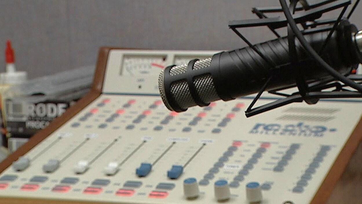 Un micro et une table d'harmonie dans les studios de Rafale FM.