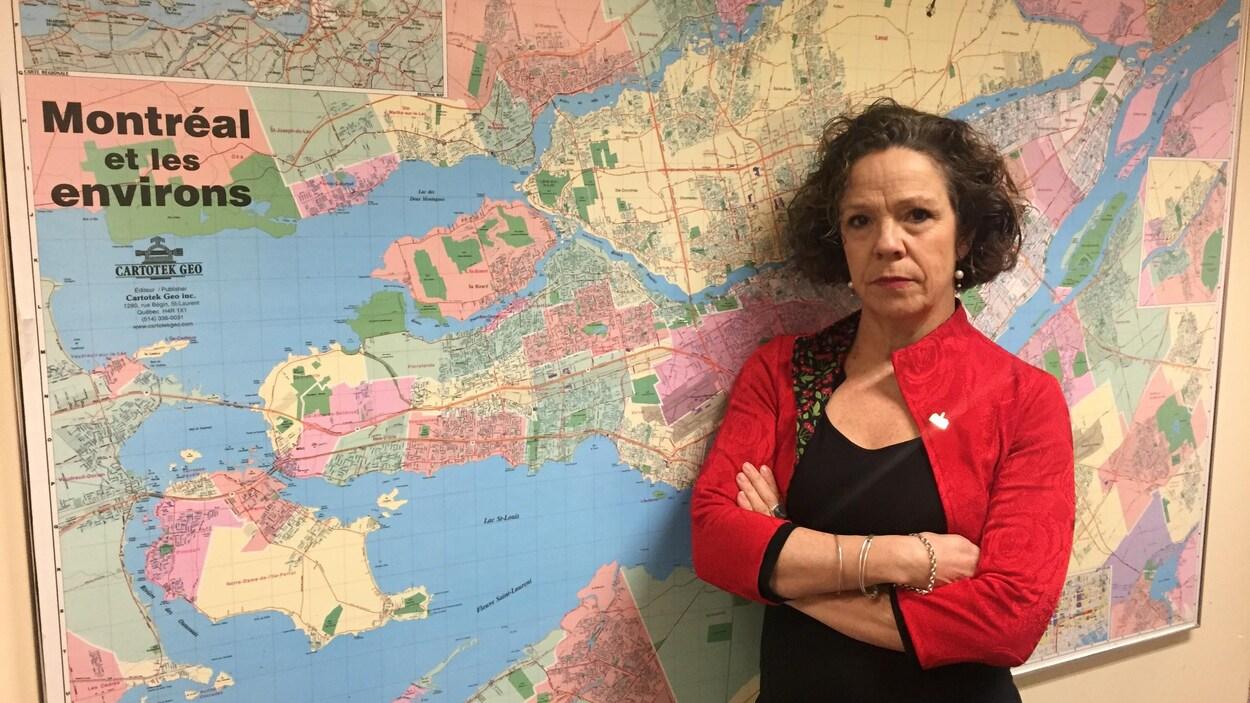 Sue Montgomery devant une carte de la région de Montréal.