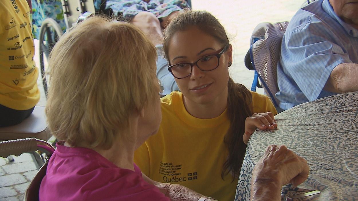 Des jeunes bénévoles enjolivent le quotidien des bénéficiaires de CHSLD en Mauricie et au Centre-du-Québec grâce au projet Sunny Action.