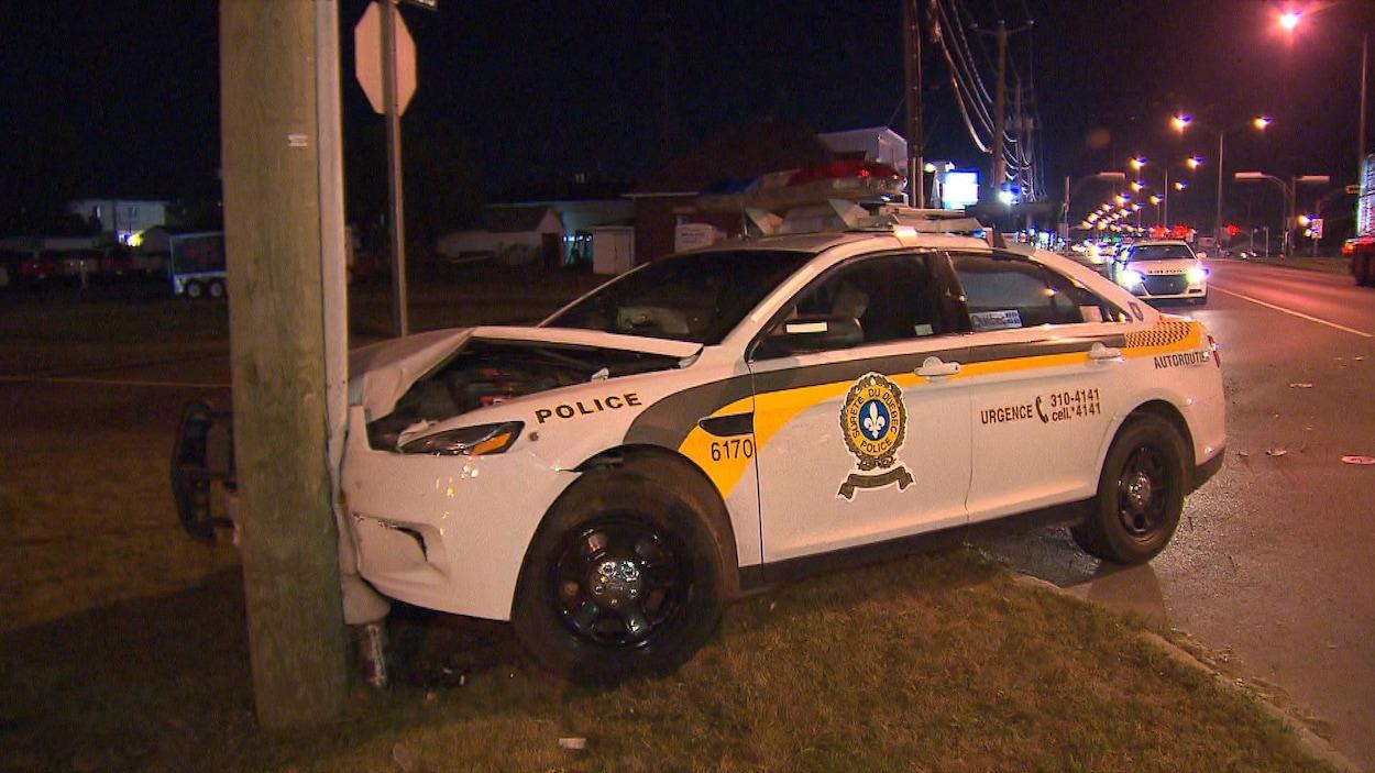 Une voiture de la Sûreté du Québec a percuté un poteau électrique.