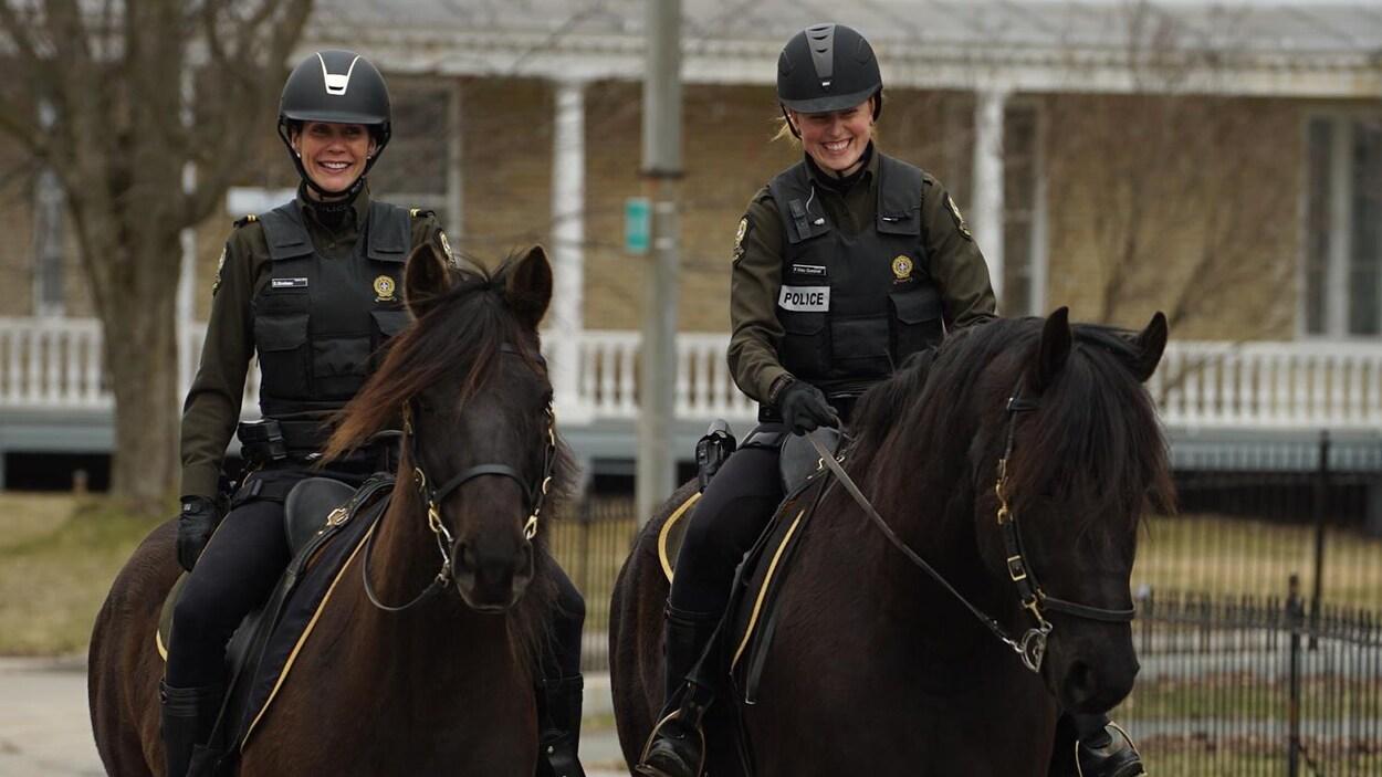 Deux policières effectuent à dos de cheval des patrouilles à Sainte-Marie, en Beauce.
