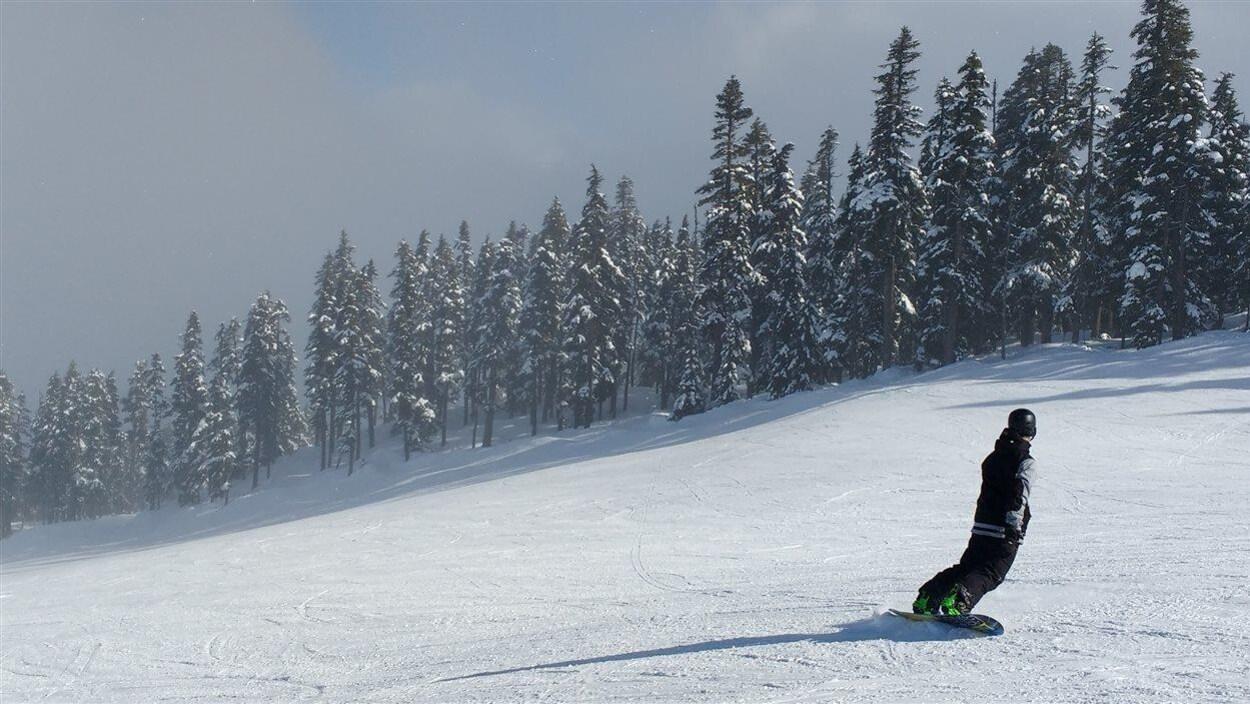 Un surfeur des neiges à Whistler en Colombie-Britannique
