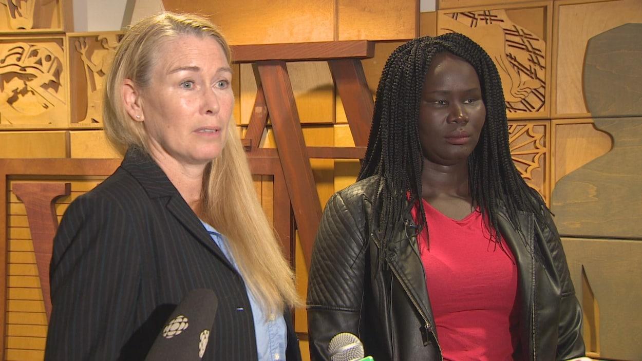 Deux femmes parlent aux médias.