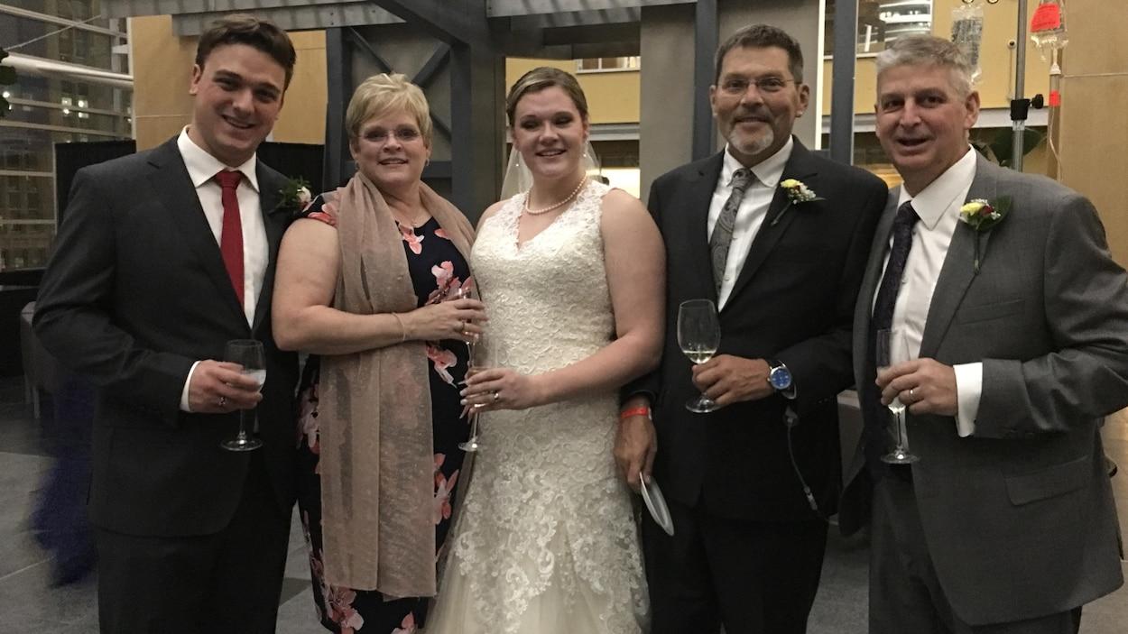Le nouveau couple marié accompagné de leurs parents.
