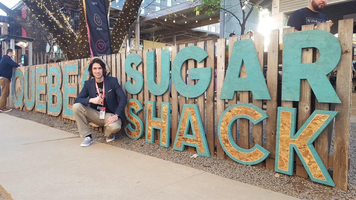 Harold Dumur d'OVA devant la maison du Québec à Austin, durant le festival SXSW 2017.