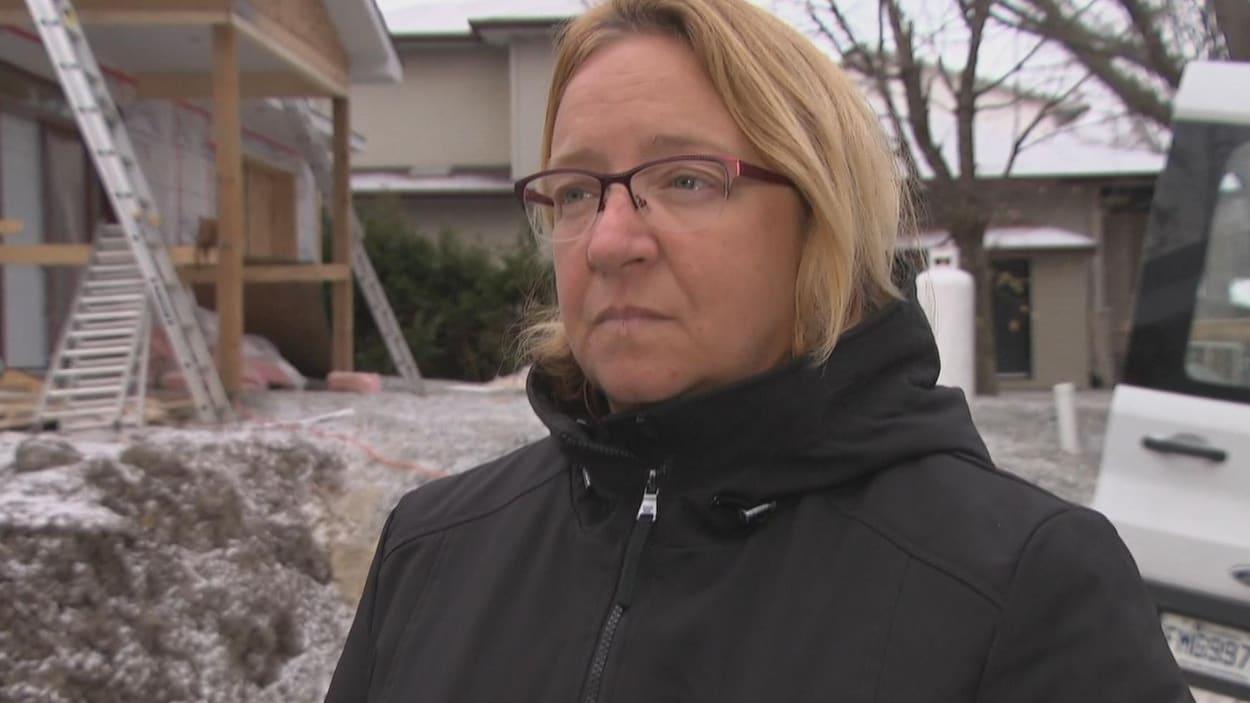 Sylvie Goneau devant sa maison en construction