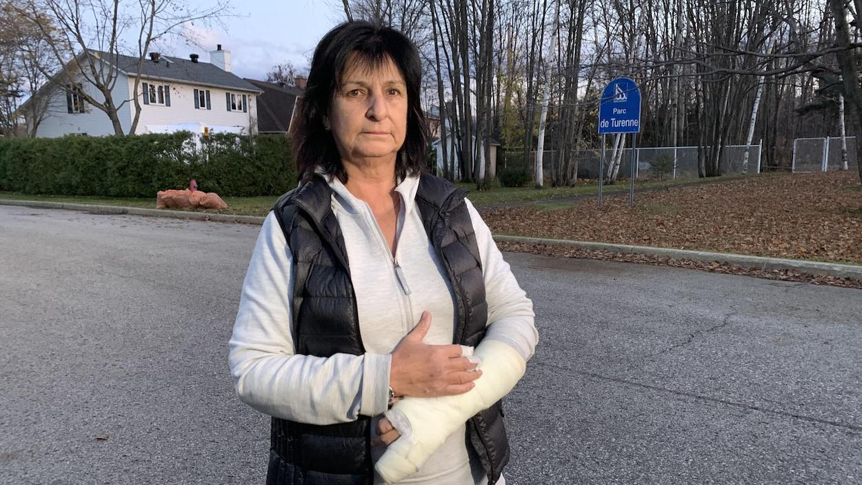Sylvie Tremblay dans une rue avec le bras dans le plâtre.