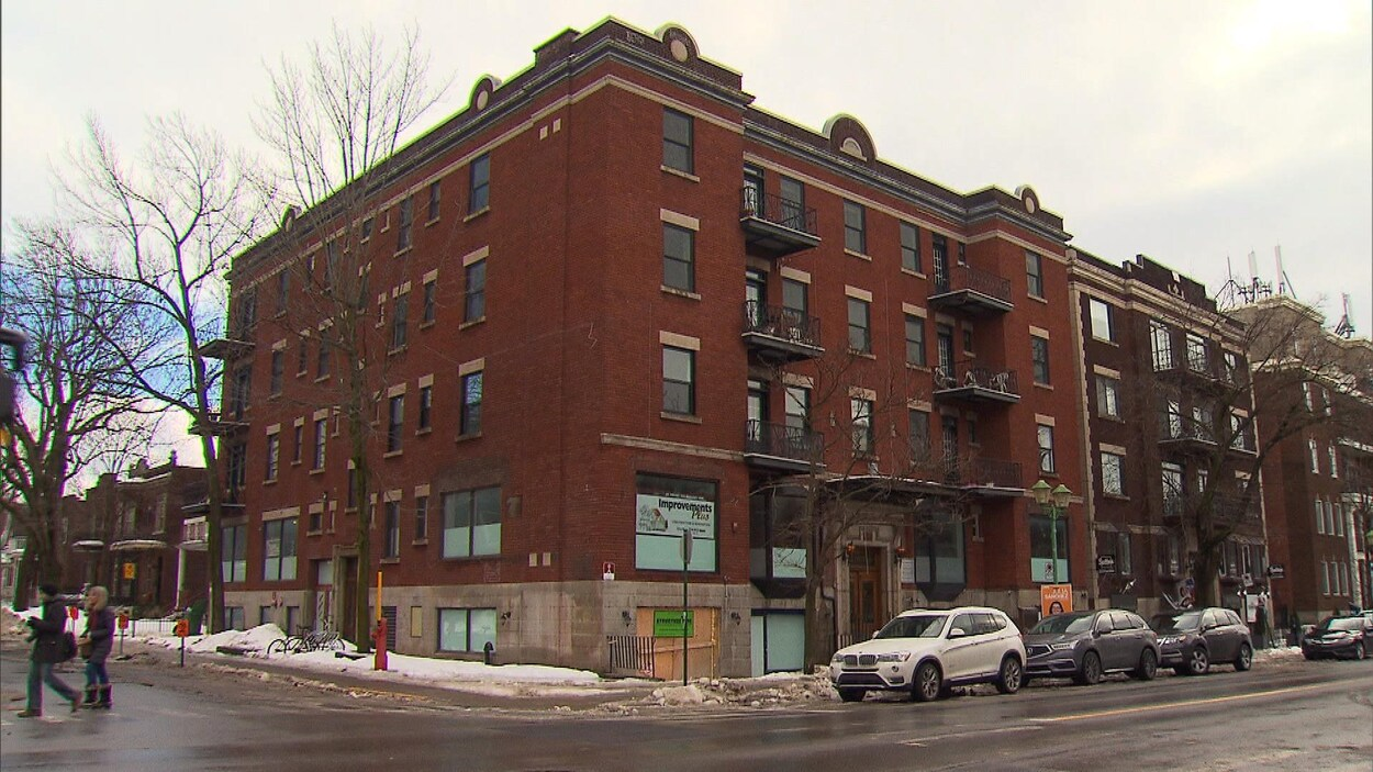 Vue de l'immeuble situé à une intersection