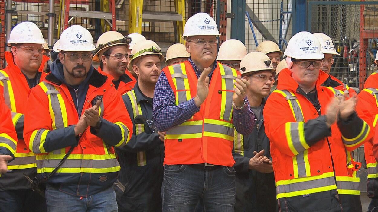 Des employés de la mine du lac Bloom applaudissent