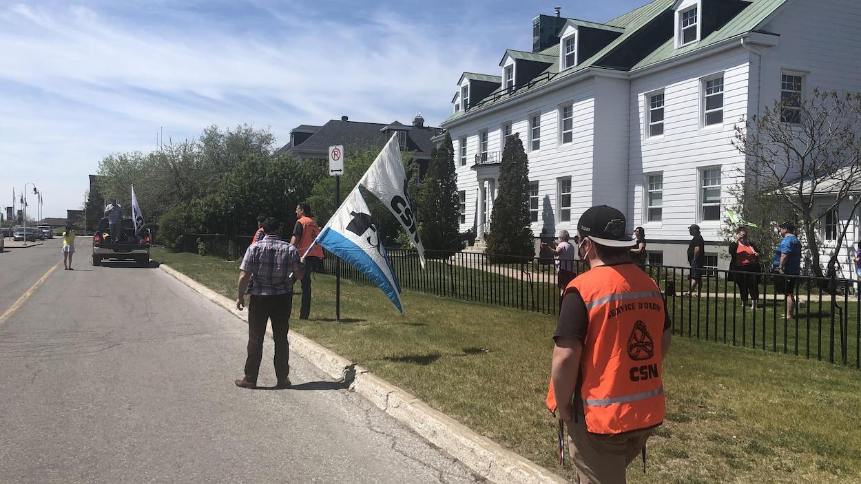 Les leaders syndicaux de la santé en Mauricie–Centre-du-Québec demandent à la ministre de la Justice, Sonia LeBel, de déposer leur pétition pour la tenue d'une commission d'enquête indépendante sur la gestion de crise du CIUSSS MCQ.