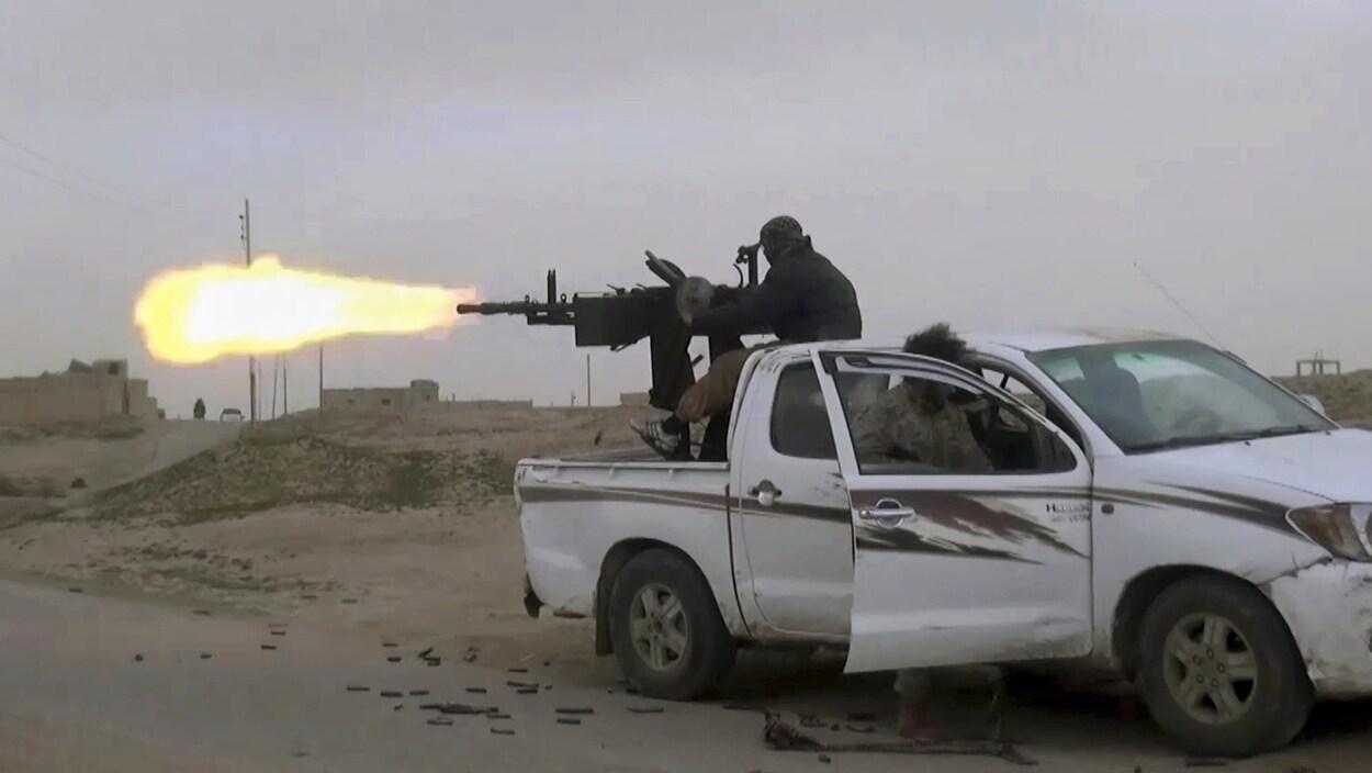 Un combattant de l'État islamique ouvre le feu contre des membres des Forces démocratiques syriennes.