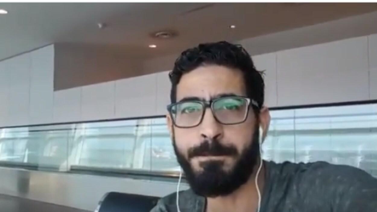 Gros plan sur le visage du réfugié syrien Hassan Al Kontar qui regarde la caméra dans un égoportrait