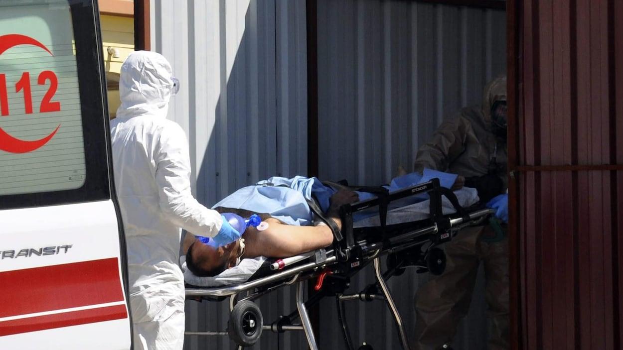 Une victime d'une présumée attaque à l'arme chimique dans le nord de la Syrie est transportée sur un brancardier.