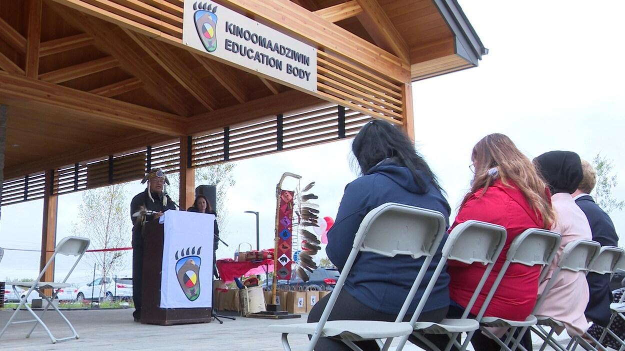 Au micro devant le nouvel édifice du Kinoomaadziwin Education Body, le grand chef de la Nation anichinabée, Glen Hare, s'adresse aux invités.