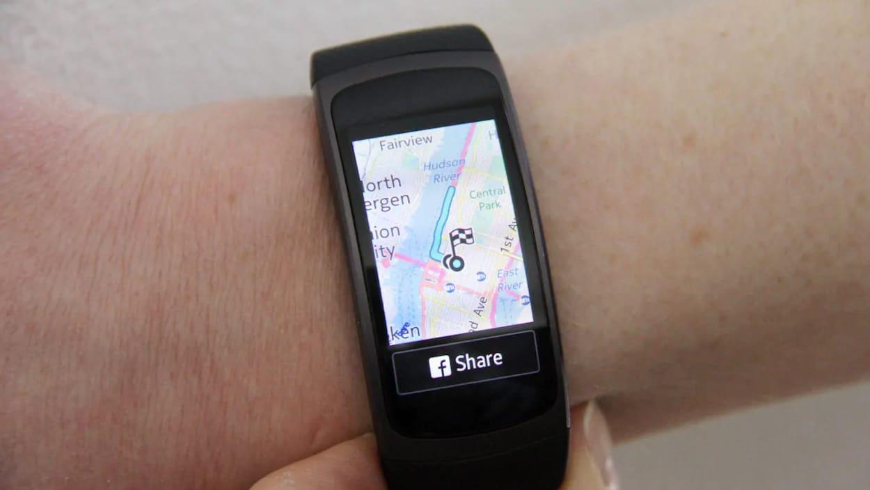Une montre de type GPS permet de voir une carte sur l'écran ainsi qu'un drapeau épinglé à un endroit précis.