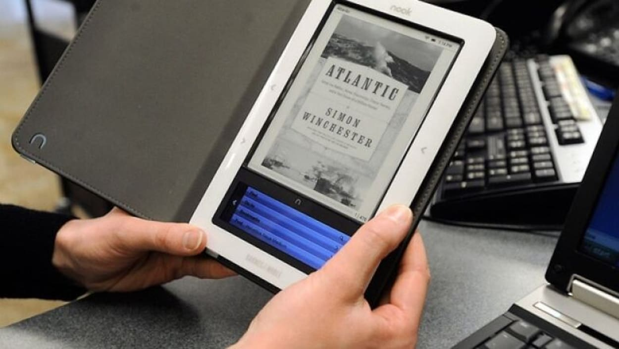 Une personne tient un livre électronique.
