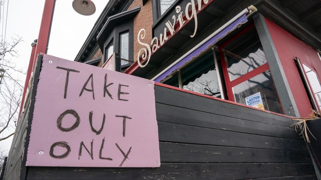 La façade d'un restaurant avec une grosse affiche rose.