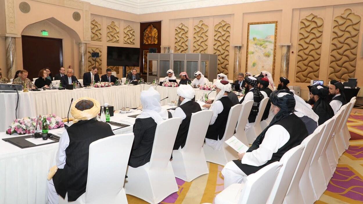Des négociateurs talibans et américains à Doha, au Qatar